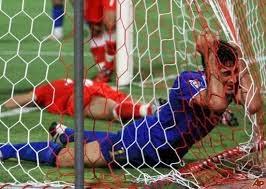 smešna slika: fudbaler u gol mreži