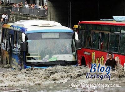 Keadaan bas ketika banjir di China