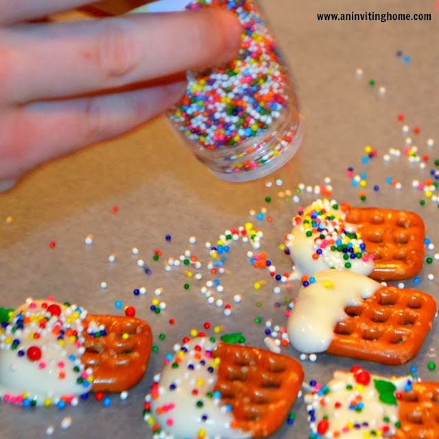making chocolate dipped pretzels with sprinkles