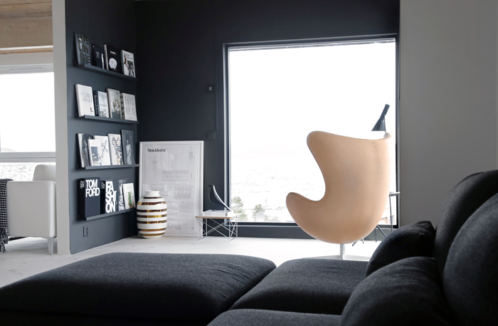 inspiracion-deco-salon-nordico-blanco-negro-madera-egg-chair-arne-jacobsen