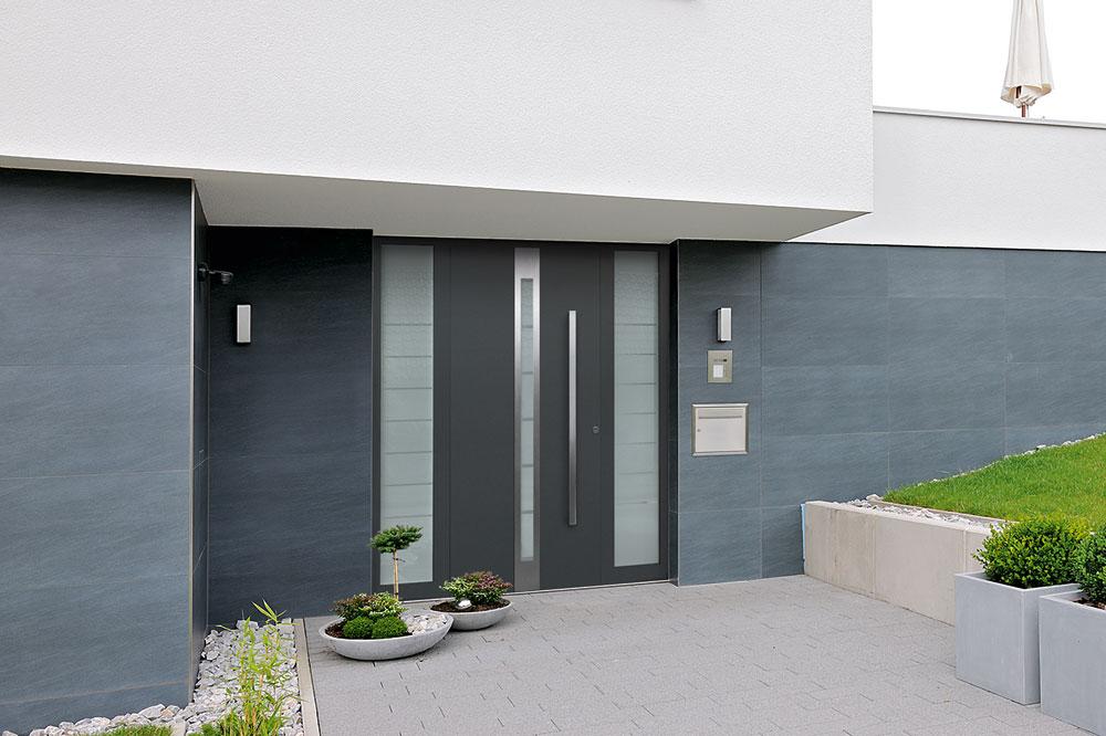 Für besonders sicherheitsbewusste Bauherren bietet Hörmann die Aluminium- Haustür TopSecur in einbruch-hemmender WK2-Ausführung für 2.598 € (UVP) mit passen-den Seitenteilen für je 1.198 € (UVP).