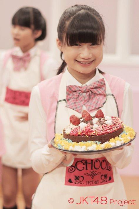 Sonia JKT48 dan kue JKT48 School