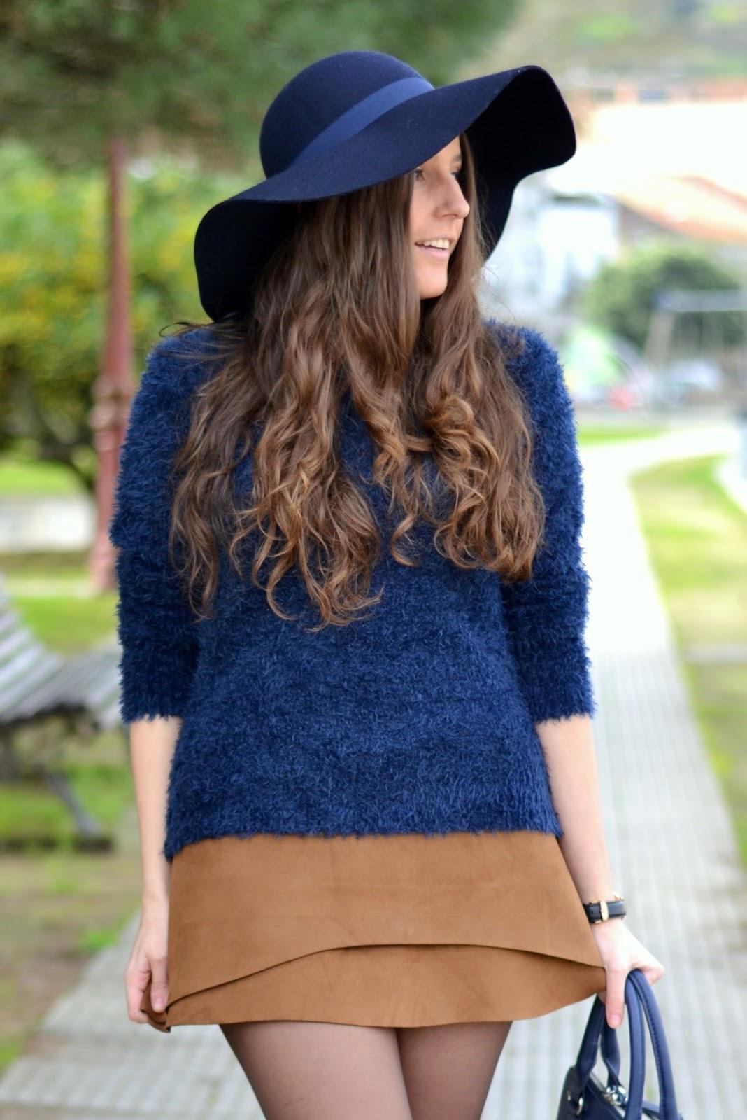 jersey azul y falda marrón
