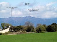 Les muntanyes del nord amb el Santuari de Bellmunt