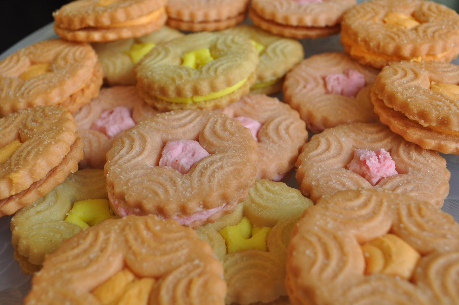 N e i v e d y a m: BritanniaTreat Fruit Cream Biscuits
