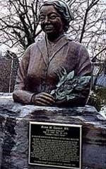 Escultura em bronze de Rene Caisse em Bracebridge, a sua cidade natal.