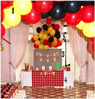 Mesa de la comida decorada con globos para fiesta de Mickey
