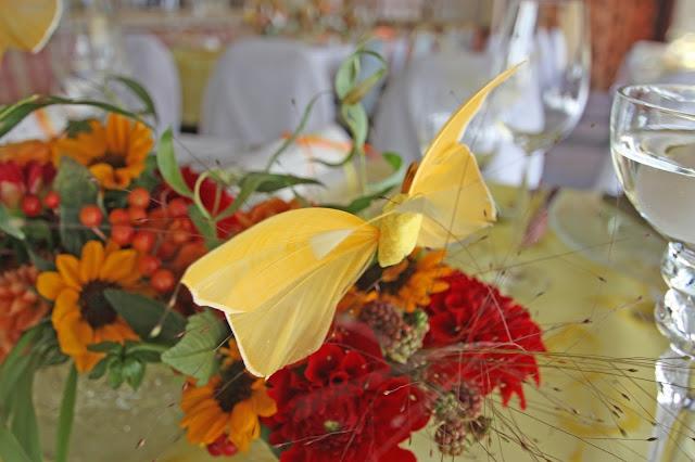 Sommerhochzeit in Gelb, Orange und Rot mit Schmetterlingen