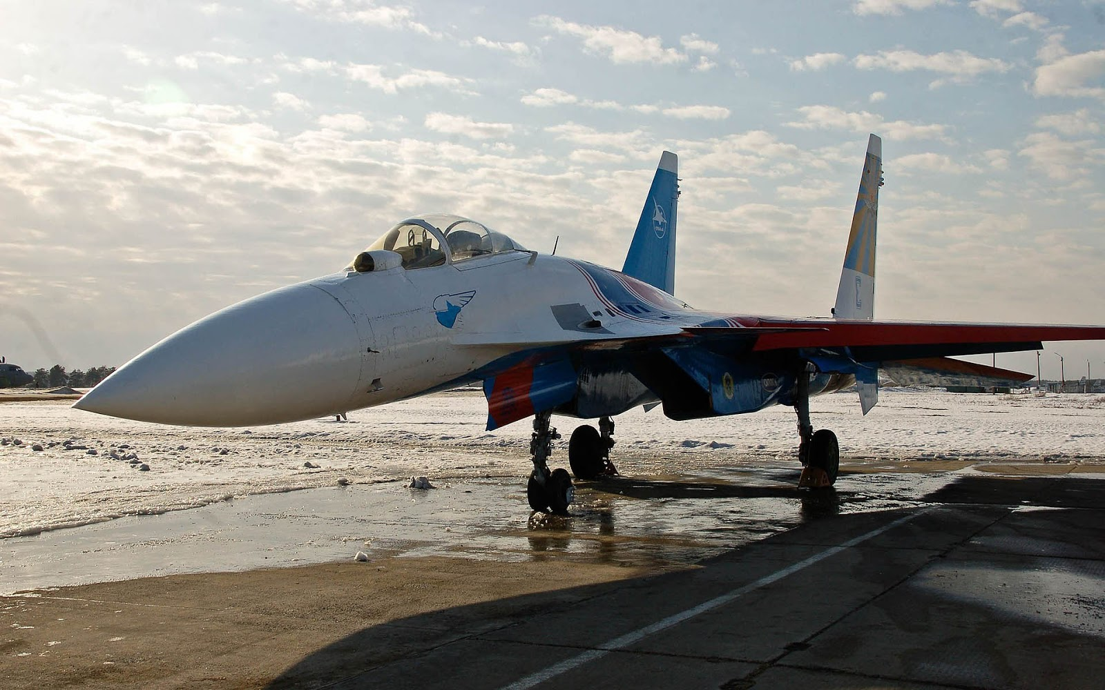 http://2.bp.blogspot.com/-I7yeNb3iiBA/UHWGNAdSCbI/AAAAAAAAGLA/g0Qd8WRIq0o/s1600/vliegtuig-wallpaper-met-een-russische-sukhoi-su-27-gevechtsvliegtuig-op-de-grond.jpg