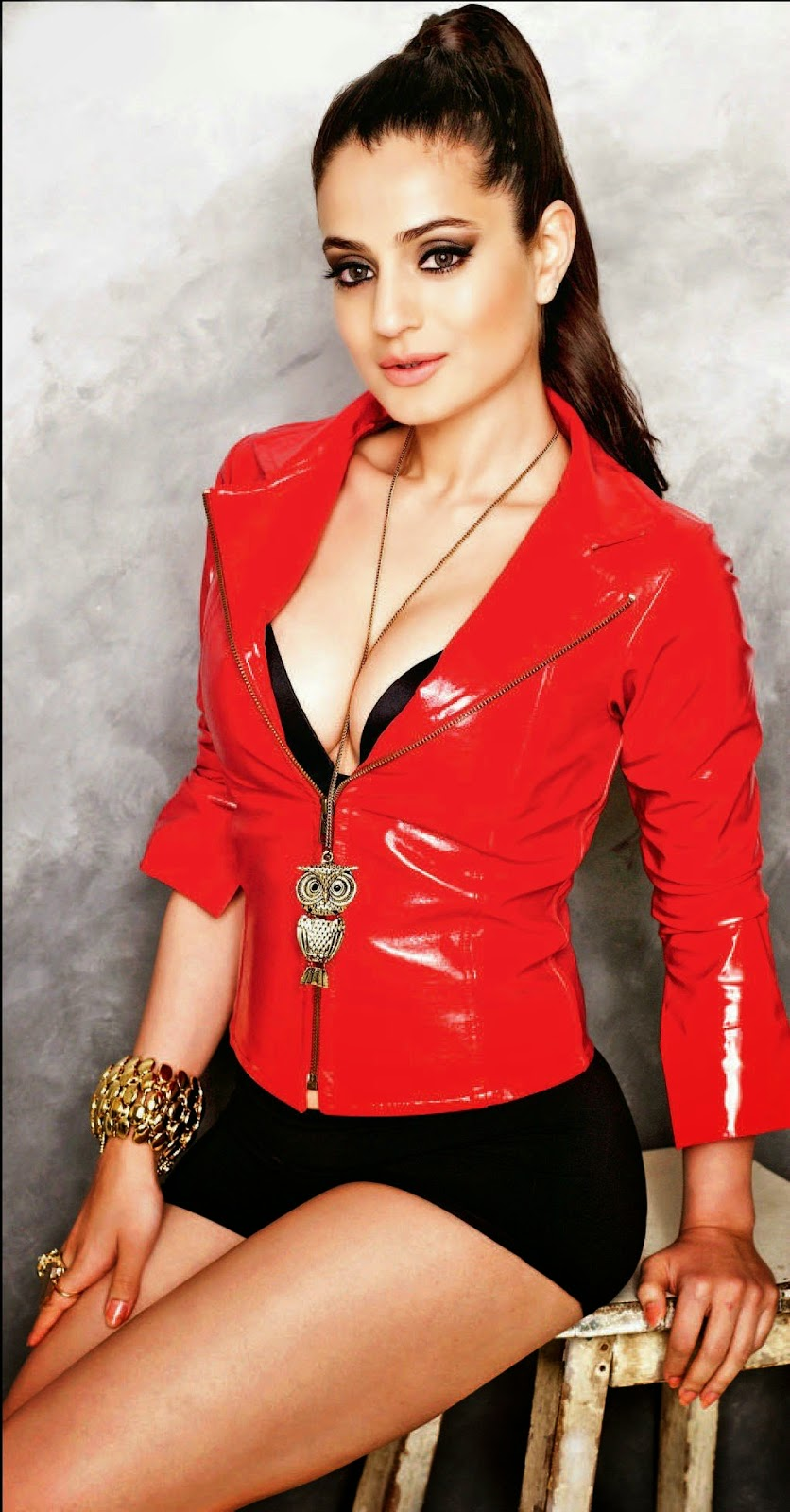 hot cleavage ameesha patel pics