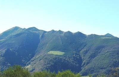 Aller, pico La Teyera, vista de los Picos de la Liebre desde la cima