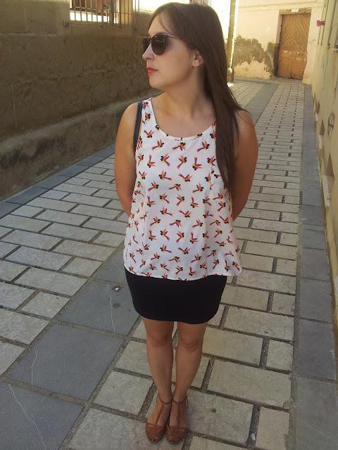 Outfit de camisa de primark, falda de Bershka, bolso Bimba y Lola y cangrejeras de Zara