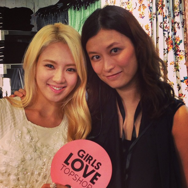 [Picture] 130606 Hyoyeon with TopShop Staff