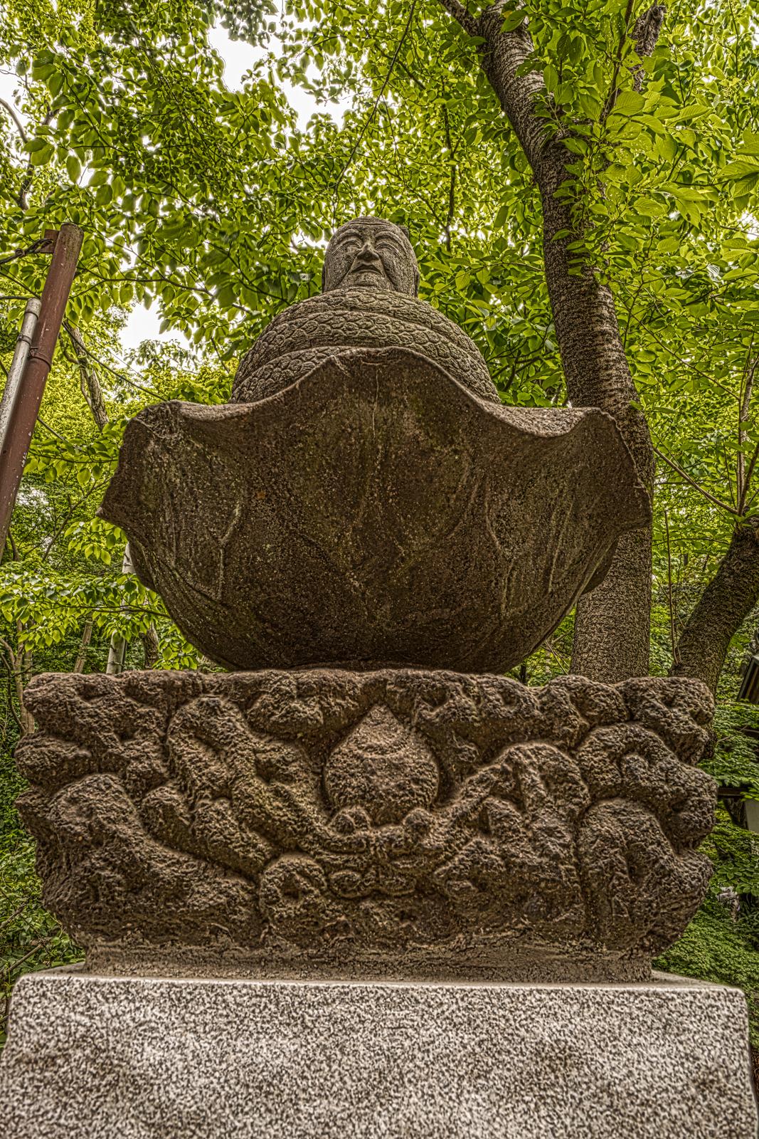 井の頭弁財天にある宇賀神像のHDR写真