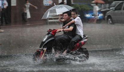 Inilah Perlengkapan Wajib Bikers di Musim Hujan