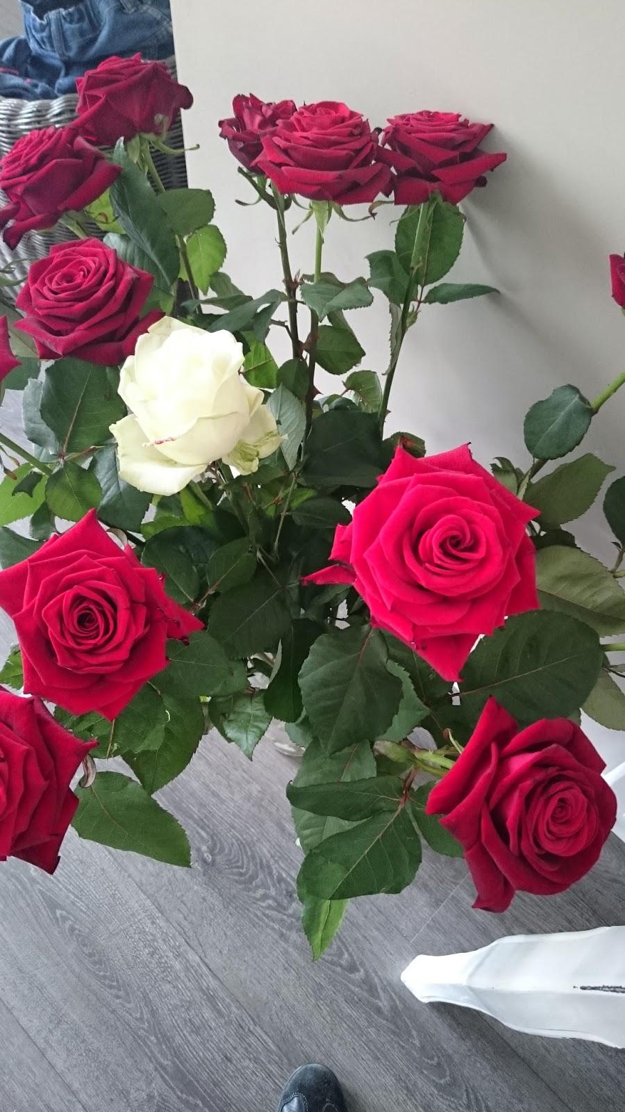 vrouw krijgt bos rozen