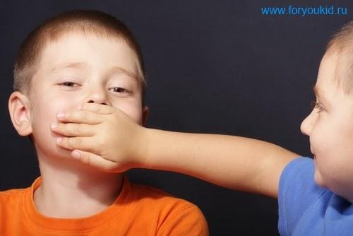 Изображение мальчиков - один закрывает рот другому, чтобы не слышать скрип зубов