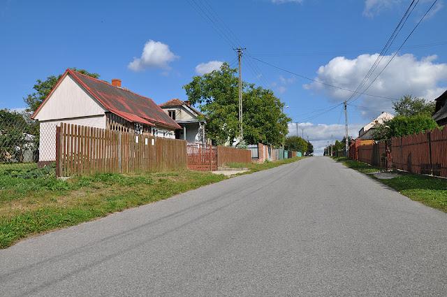 Wąsosz Nowiny, po lewej stronie w czterech chałupach znajdowało się getto. Fragment drogi był przedzielony wzdłuż płotem. Fot. KW.