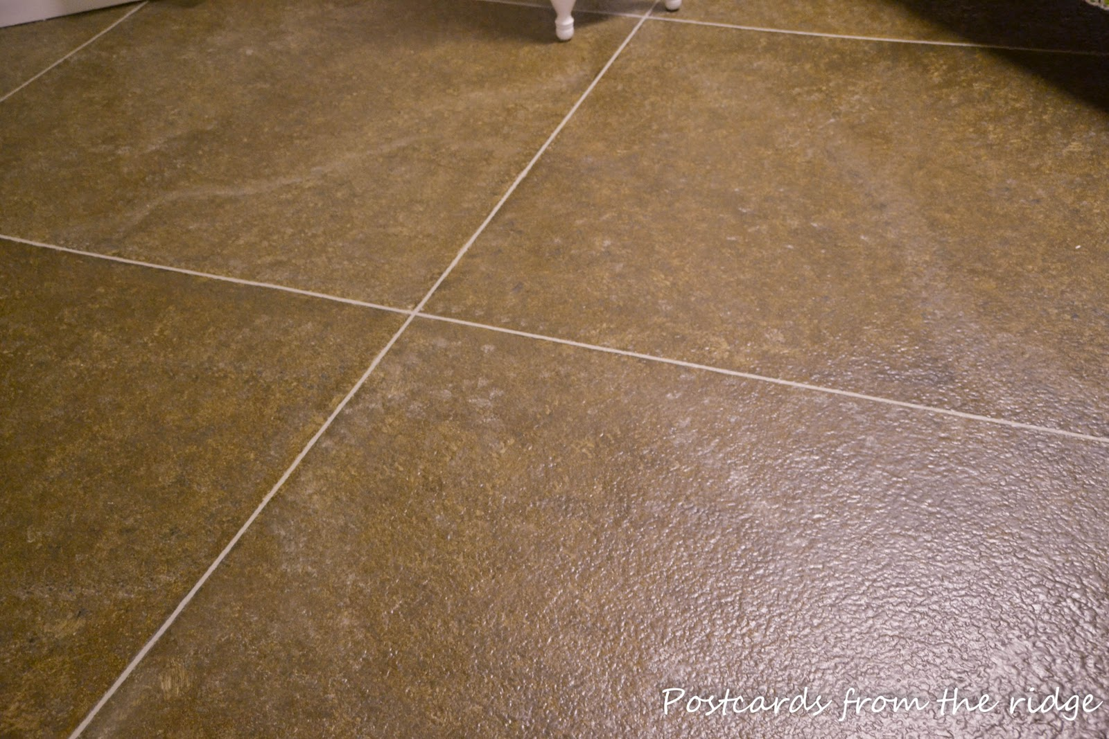 Laying travertine floor tiles