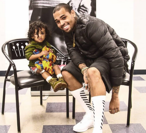 Adorable photo of Chris Brown with his daughter... 3