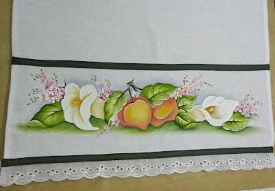 pintura em tecido barra de pano de copa com pessegos e copos de leite