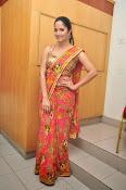 anasuya sizzling saree stills-thumbnail-5