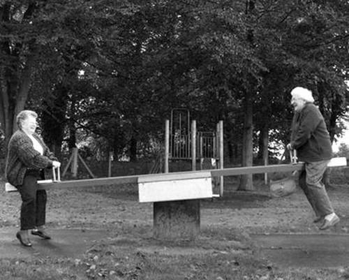 Cụ ông và cụ bà cùng chơi trò trẻ thơ