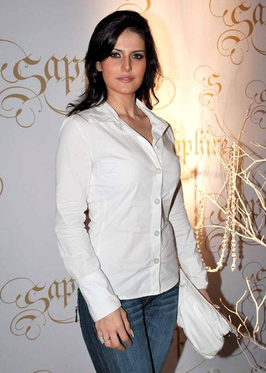 Zarine-Khan+in+jeans