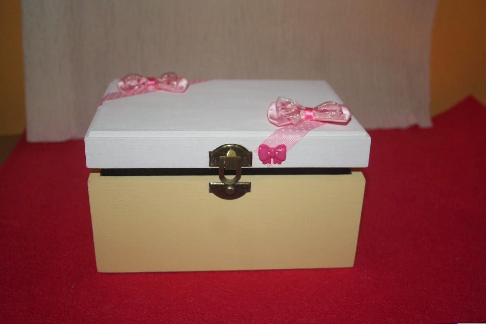Cantinho da Nessa: Caixa de madeira em tons de rosas branco e creme #76141B 1600x1066