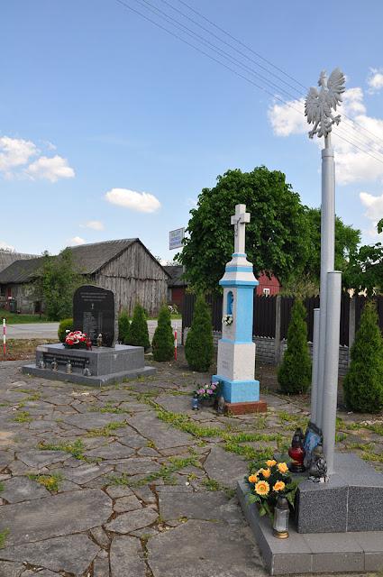 Skronina, pomniczek i orzeł - urzędowe i zarazem dostojne otoczenie kapliczki od 2008 roku. Fot. KW.