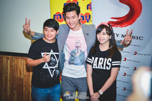 Eric Chou 周興哲 《學著愛》之馬來西亞行 #Eric周興哲 兩位幸運粉絲小星星被左擁右抱,幸福吧