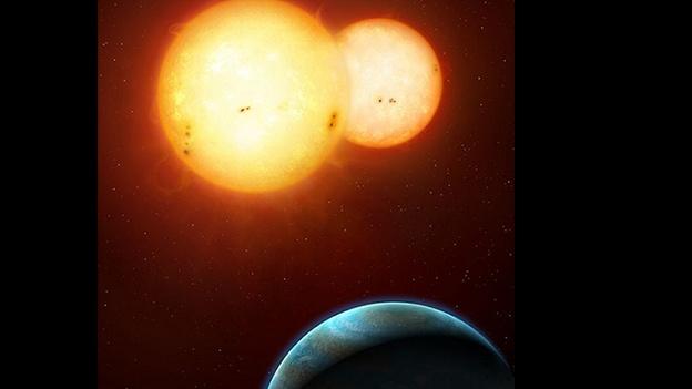 (EFE) — Los científicos que analizan los datos del telescopio espacial Kepler, anunciaron que han hallado dos nuevos sistemas planetarios con dos soles, por lo que consideran que este tipo de órbitas son comunes en nuestra galaxia. Estos descubrimientos demuestran que las ideas de la ciencia ficción son posibles y que las imágenes como las del planeta Tatooine y sus dos soles de la películaStar Wars, de George Lucas, son posibles en algunos sistemas planetarios. La investigación que asegura que los planetas con dos soles no son una rareza fue presentada este miércoles en la Sociedad Astronómica Americana en el