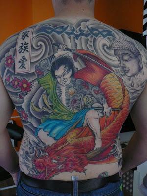 Tattoo de Samurai nas costas e um dragão