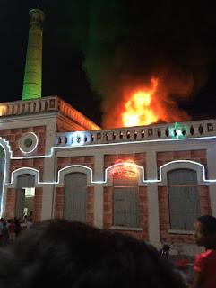 Fogos causam incêndio na abertura da programação de natal em Caxias