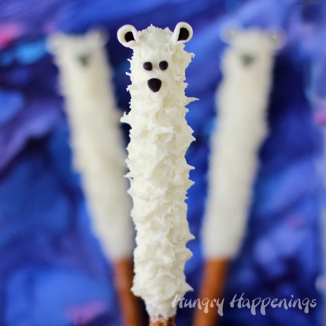 White Chocolate Polar Bear Pretzel Pops | HungryHappenings.com