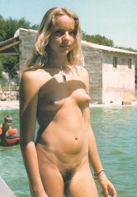 Сексуальная блондинка устроила стриптиз на пляже  Порно