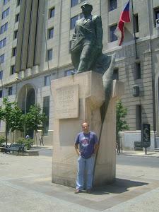 En la estatua de Salvador Allende