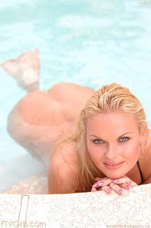 Twerking blondes - sexygirl-gina_11-758540.jpg