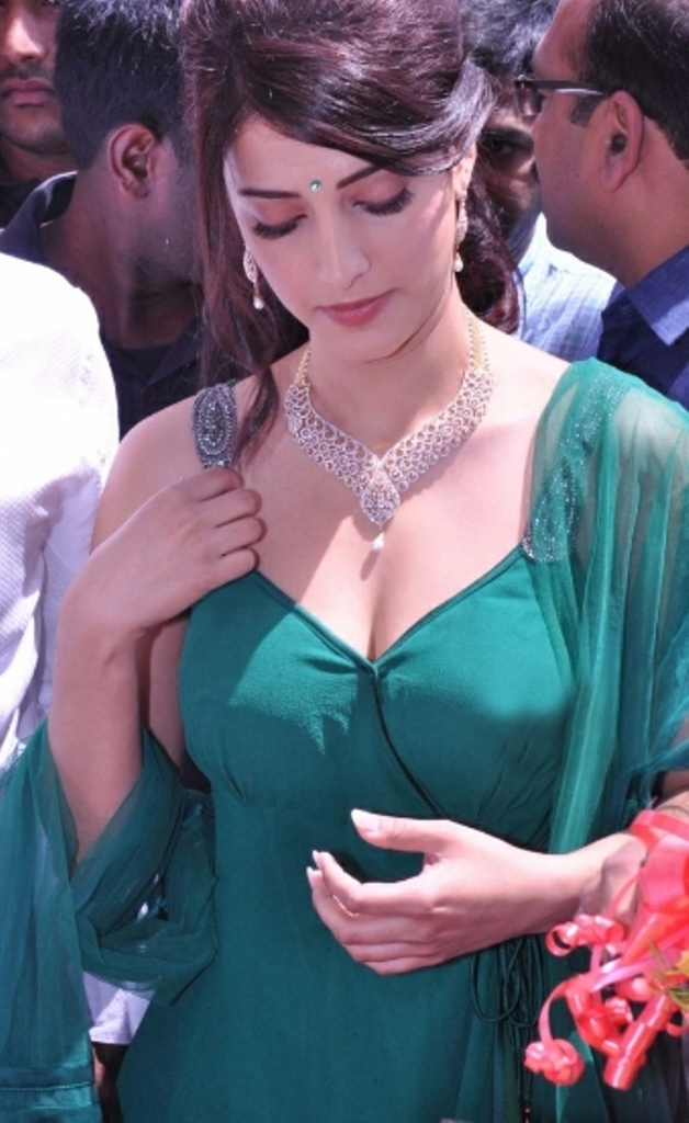 SPICY UPDATE: Gorgeous Shruti Hassan Latest Sizzling Deep Cleavage ...