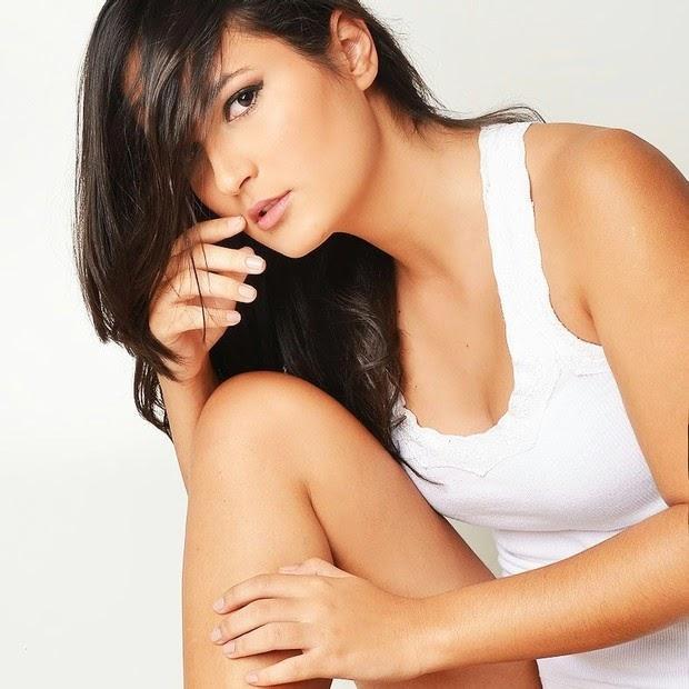 Pamela Oliveira, posa sensual para campanha