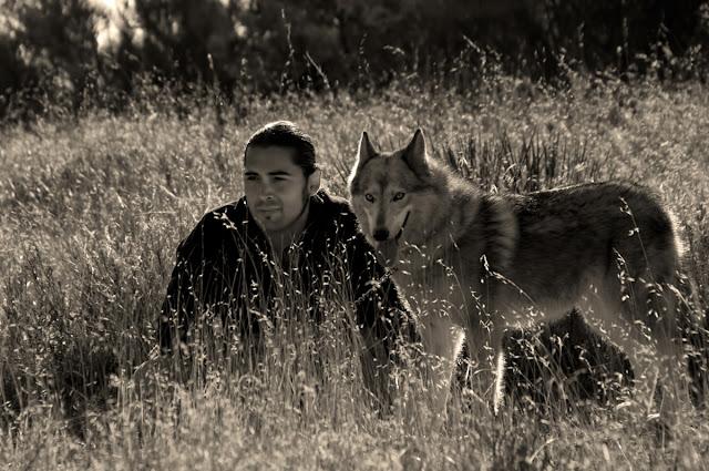 http://2.bp.blogspot.com/-IFFHT91i7Eo/T2sOYXpLxvI/AAAAAAAAKig/keUlkvOhgUo/s640/man-and-wolf-DSC_0232.jpg