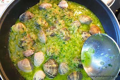 Cubriendo las almejas con la salsa verde