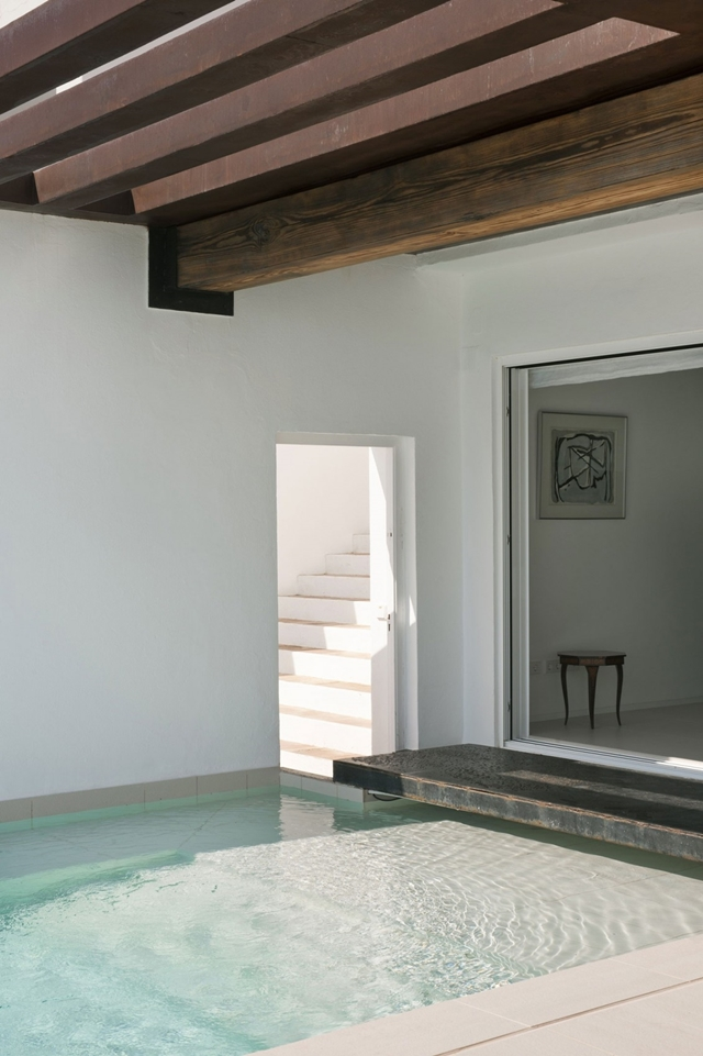 Exit from the living room into the swimming pool