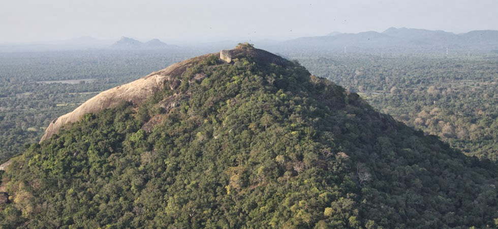 Вершина скалы Пидурангала вблизи, древний пещерный монастырь, всемирное наследие Шри-Ланки, рукотворная плоскость