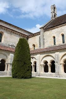 cloître de l'abbaye de Flavigny