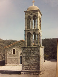 Το ιστορικό καμπαναριό και η  εκκλησία στην κεντρική πλατεία του χωριού μας.