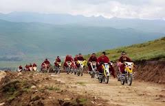 Monges em peregrinação pelo Tibet