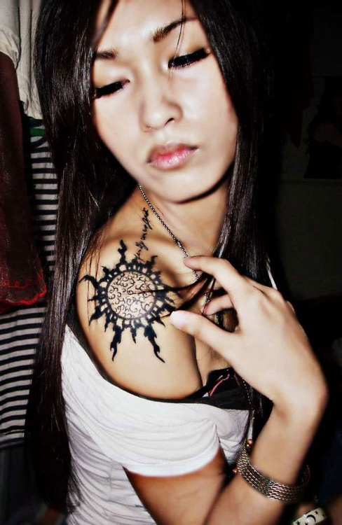 cute sun on shoulder female tattoofemale tattoos gallery. Black Bedroom Furniture Sets. Home Design Ideas