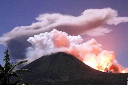 Lava Gunung Gamalama Meletus