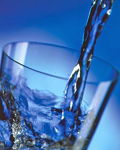 Tomar agua evita comer en exceso